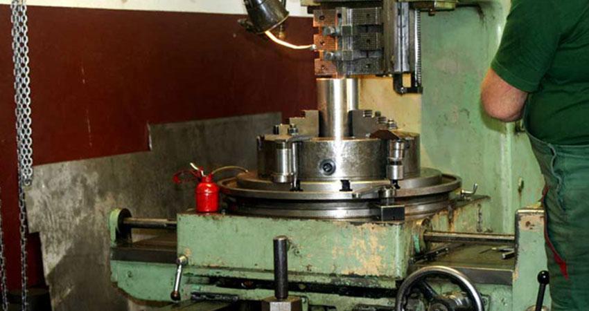 Operacja dłutowania w firmie ZPHU Julwik specjalizującej się w obróbce skrawaniem metali