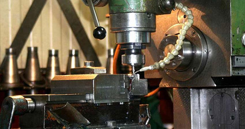 Operacja na frezarce pracującej w firmie ZPHU Julwik