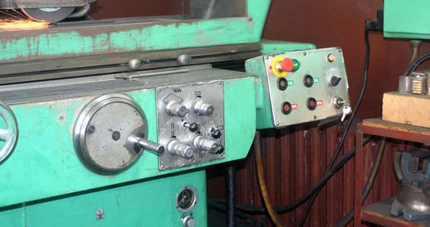 Pulpit sterowania szlifierki w firmie ZPHU Julwik
